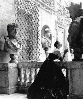 Dorian Leigh con vestido de noche negro de Simonetta Visconti 1952