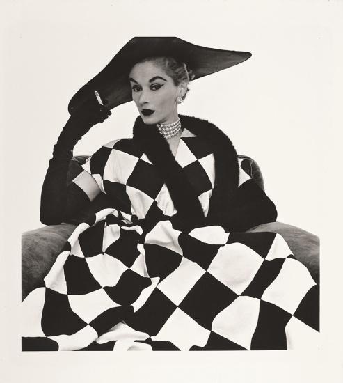Irving Penn, Lisa Fonssagrives con un vestido de Harlequin por Jerry Pamis, Vogue EE.UU, 1950