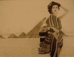 Richard Avedon, Dovima vestida por Claire McCardell, Egipto, enero 1952